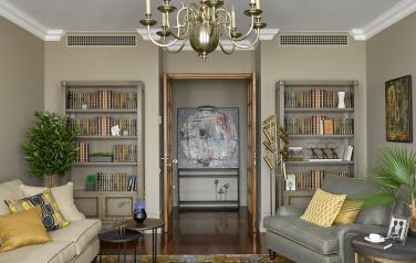 Работы М.Кастальской и М.Колотвиной разместили в гостиной.